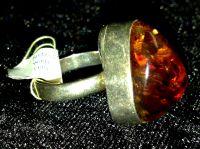 Серебро  - Кольцо треугольной формы. Янтарь в серебрянной оправе.
