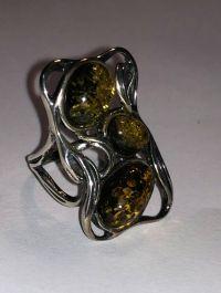 Кольцо. Форма прямоугольная. Три камня. Янтарь. Цвет зеленый. - Янтарь , Изделия из серебра