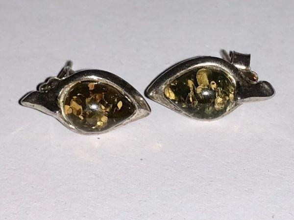 Серебро Серьги с янтарем. Камень зеленого цвета - Янтарь , Изделия из серебра