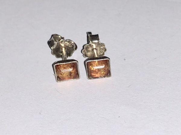 Серебро Серьги с янтарем. Цвет - натуральный (5x5) - Янтарь , Изделия из серебра